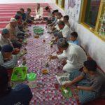 Berbagi Dihari Jumat,Pengurus Mesjid Mukhlisin,Berikan Nasi Bungkus Kepada Jemaah