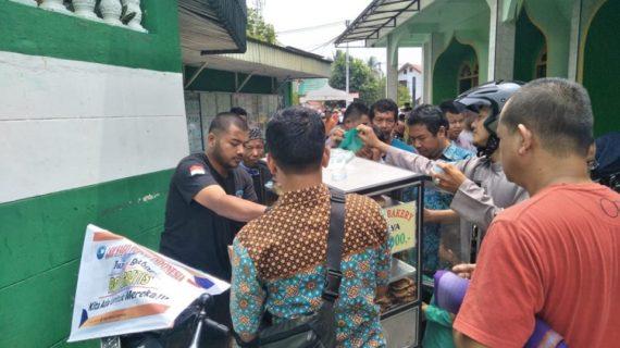 Jumat Berbagi, LSM Sago Peduli Indonesia Bagikan Roti di Mesjid Mukhlisin