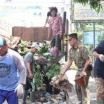 Peduli Warga, Rumah Piak Uuik Dibersihkan Dari Penumpukan Sampah