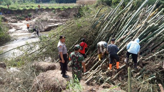 Antisipasi Tidak Terjadi Banjir, Polsek Payakumbuh Serta Masyarakat  Bersihkan Aliran Sungai Batang Sinamar