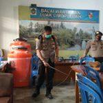 Putus Mata Rantai Penyebaran Covid-19, Polres Payakumbuh Lakukan Penyemprotan Disinfektan di Balai Wartawan